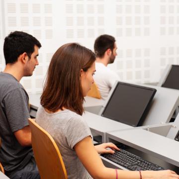 Estudantes traballando nunha sala de ordenadores
